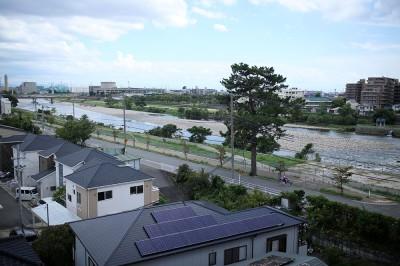 川のほとりで悠々自適な生活を。