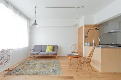 白と木の空間。大好きな家具とランプが素敵に飾れる家。