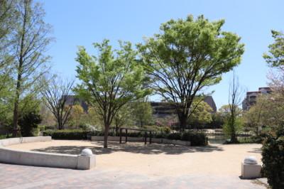 ファミリーが集う大きな公園のそばで。