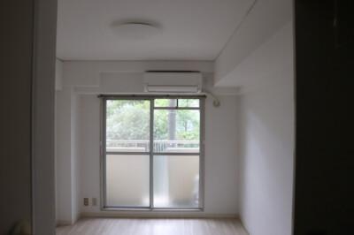 窓辺からの心地よい光と風を感じるお部屋。
