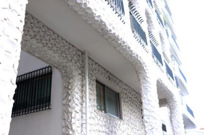 鱗模様のような外壁が美しいヴィンテージマンション。